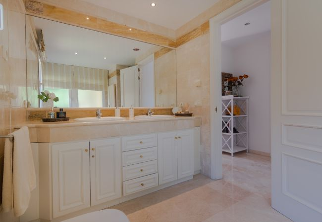 Appartement in Marbella - 18166 - SUPERB FRONT LINE LOCATION - HEATED POOL