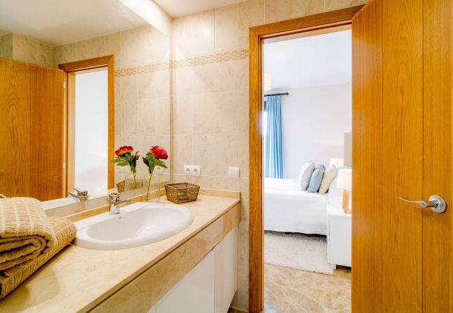 En-suite bathroom of 2 Bedroom Holiday Apartment with Pool and terrace in Estepona